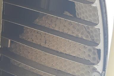 換気口に作られたミツバチの巣